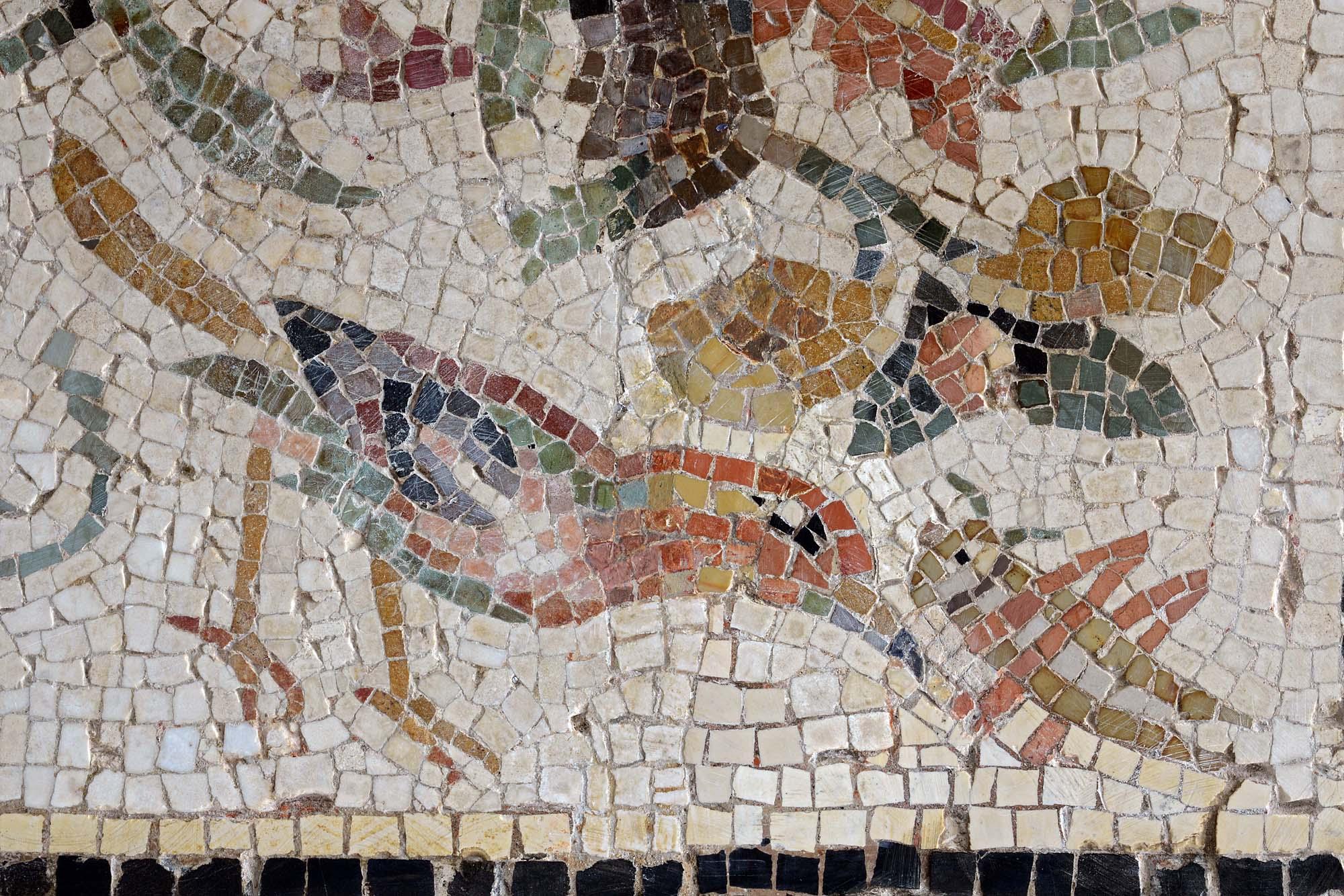 Mosaïque de Luc en diois (Rinceau peuplé détail oiseau) ©Paul Veysseyre.